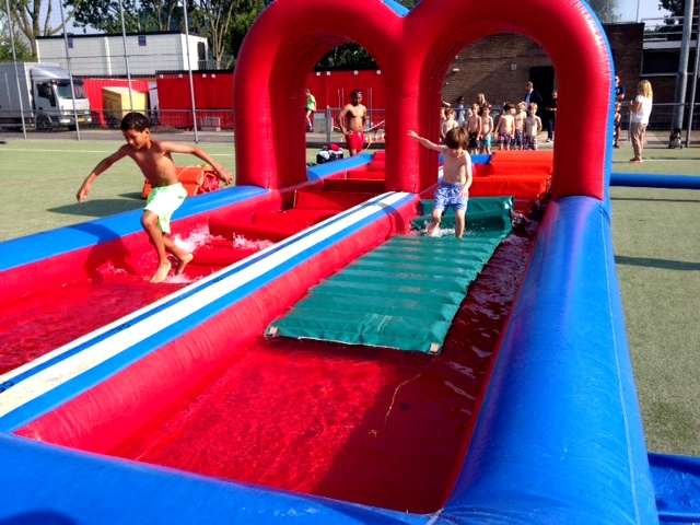Battle zeskamp lopen op water for Zwembad spel